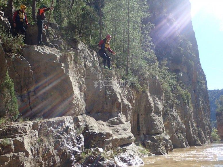 Saltando a poza de agua barranquismo