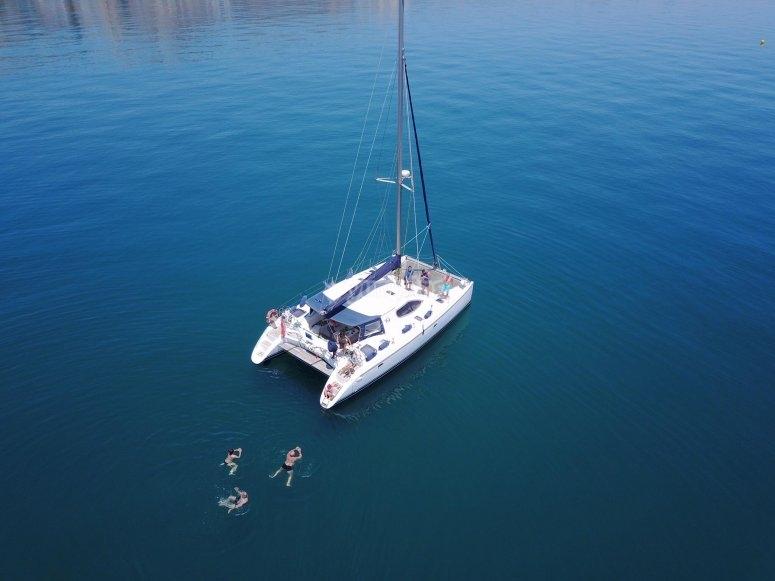 Catamarán fondeado en el Mediterráneo