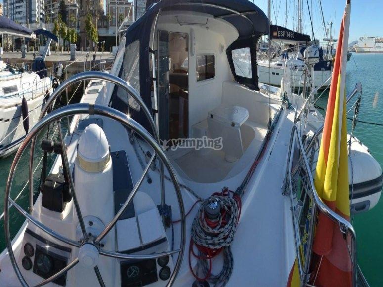 Catamarán anclado en puerto