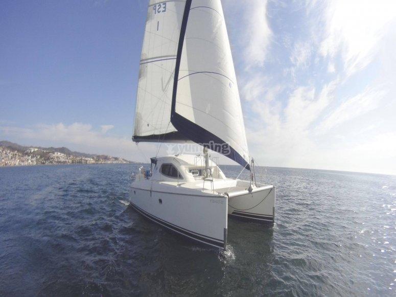 Catamarán en la costa de Málaga