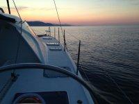 Navegando con velero al amanecer