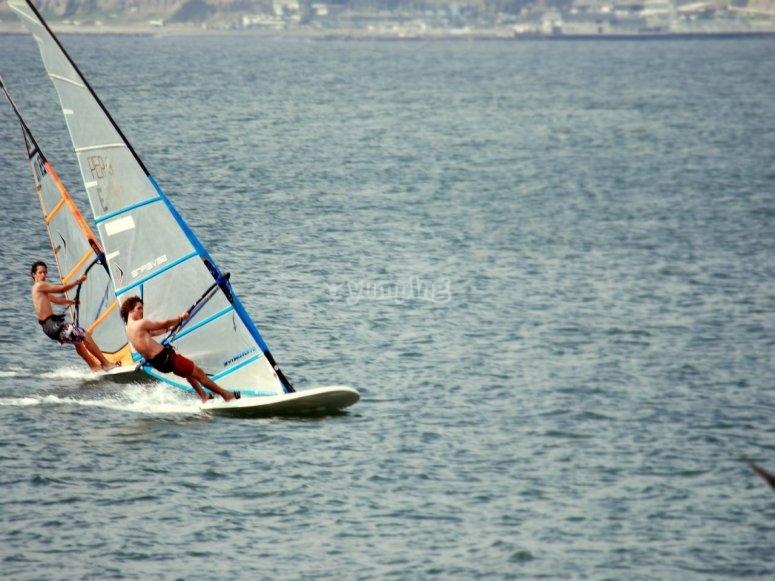 Aprendiendo a hacer windsurf en Málaga