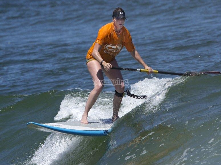 Practicando SUP entre olas