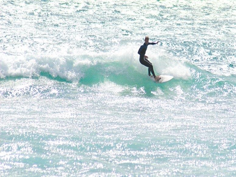 Surfeando en playa de Málaga