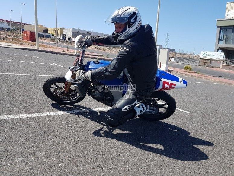 Aprende a trazar curvas en nuestro curso de motos
