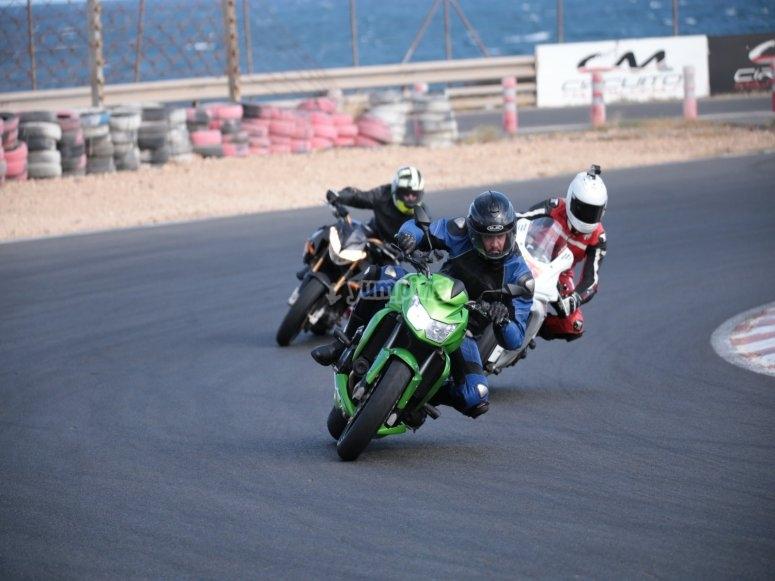 在弯道上的三辆摩托车