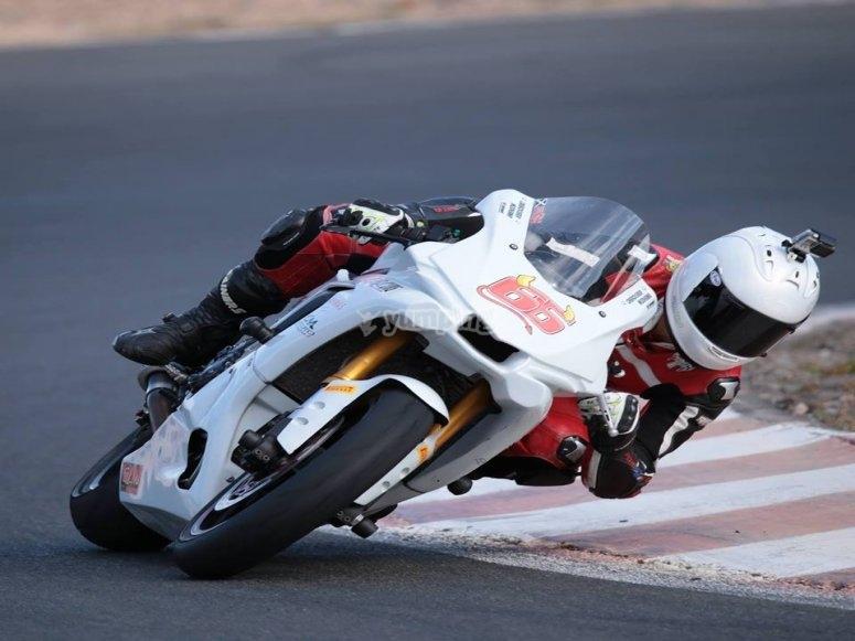 Tomando curva con moto.