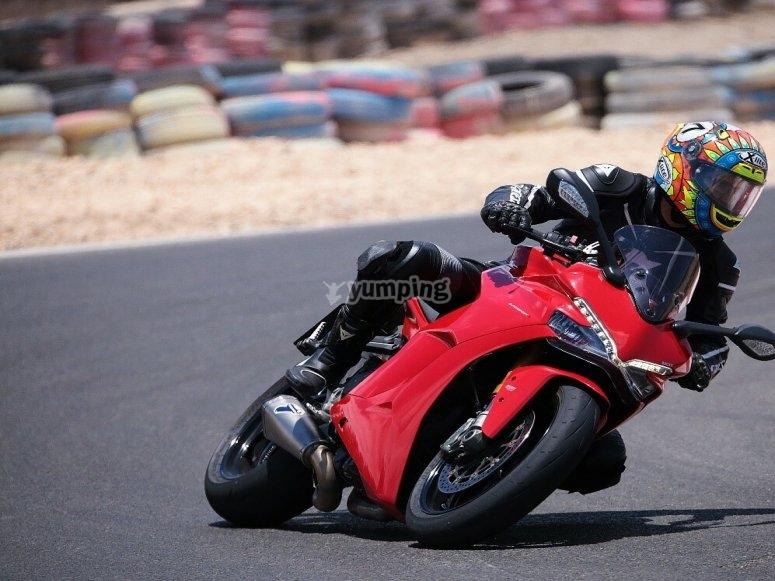 Tomando curva con moto