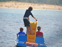 Niños jugando con hidropedal