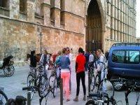 chicas delante de una catedral sujetando unas bicicletas