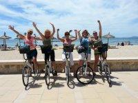 chicas en bici en un paseo maritimo