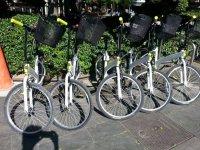 cinco bicletas con cestas en la acera
