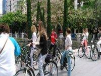 grupo de chicas disfrutando de un paseo en bicicleta en mallorca