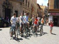 grupo de ciclistas en el centro de palma de mallorca