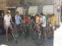 grupo de jovenes montados en sus bicicletas