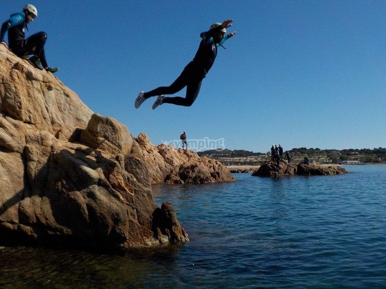 从岩石上跳下来-布拉瓦海岸的团队建设