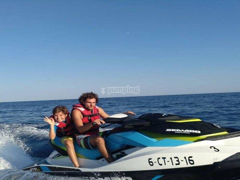 Moto de agua biplaza niño y padre