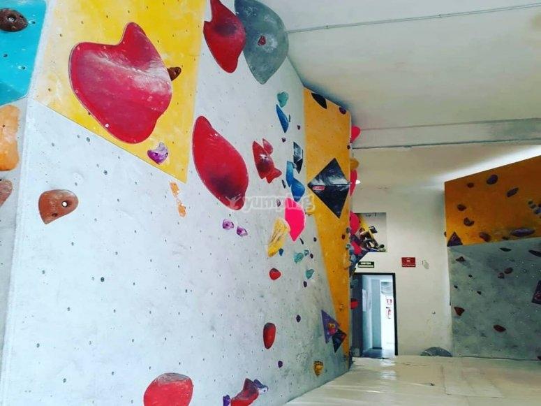Unas paredes del rocódromo