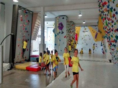 Juegos rocódromo escalada niños Mataró 5 a 14 años