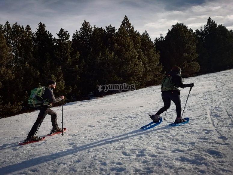 Subiendo la pendiente con raquetas de nieve