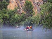 Remare nella zattera attraverso l'incredibile canyon Almadenes