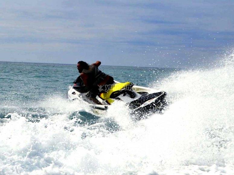 Giros con moto de agua en el Mediterráneo