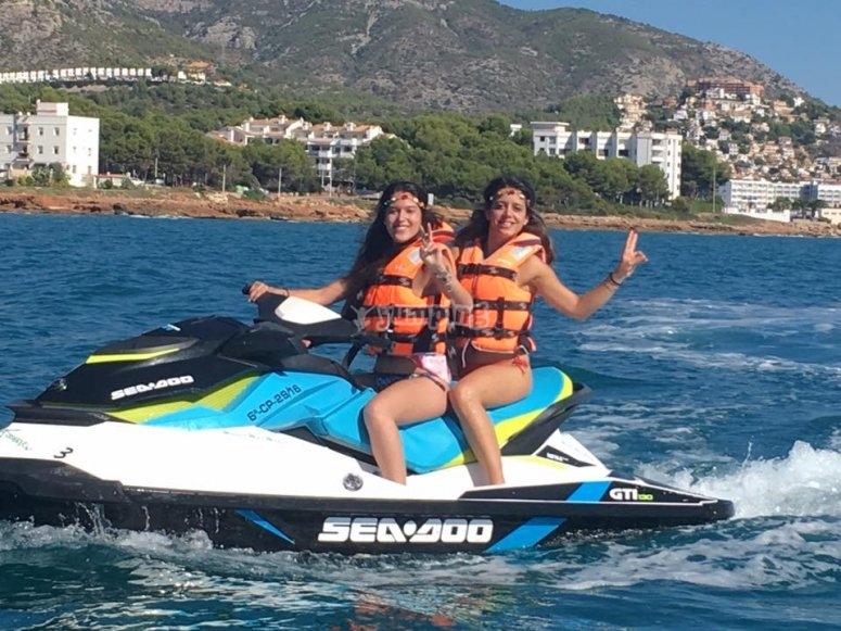 Amigas disfrutando de un día con moto de agua