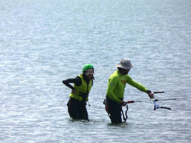 与风筝冲浪学生一起学习的监视器