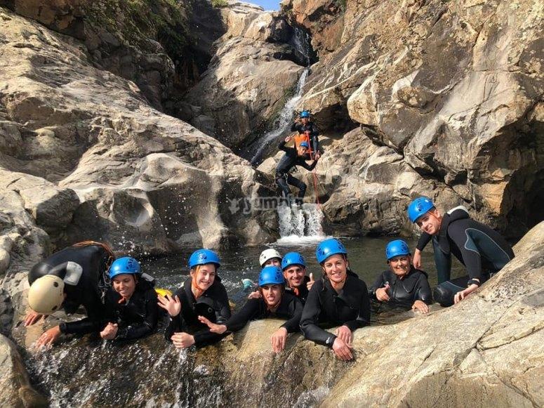 Gruppo di amici che praticano il canyoning