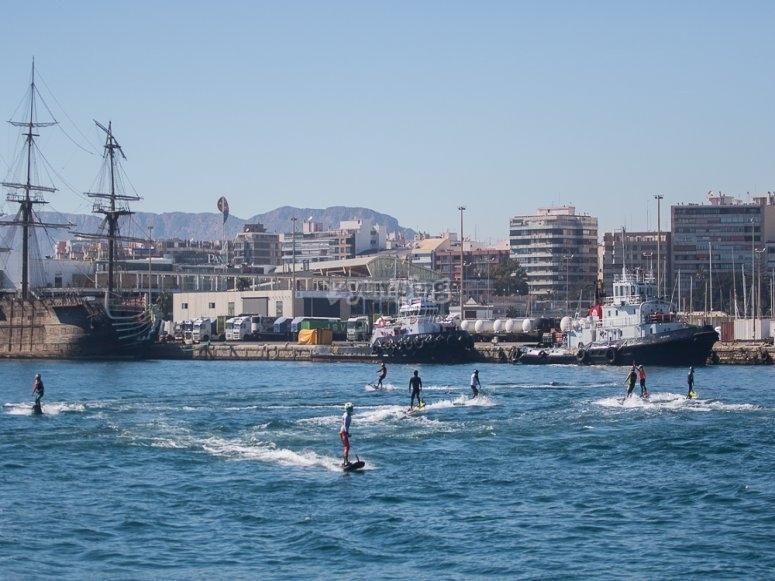 Grupo practicando jet surf en Alicante