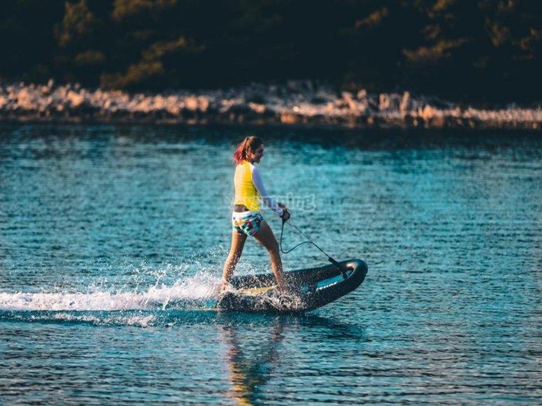 Chica subida a tabla de jet surf Alicante