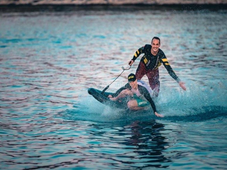 Giro con tabla de jet surf