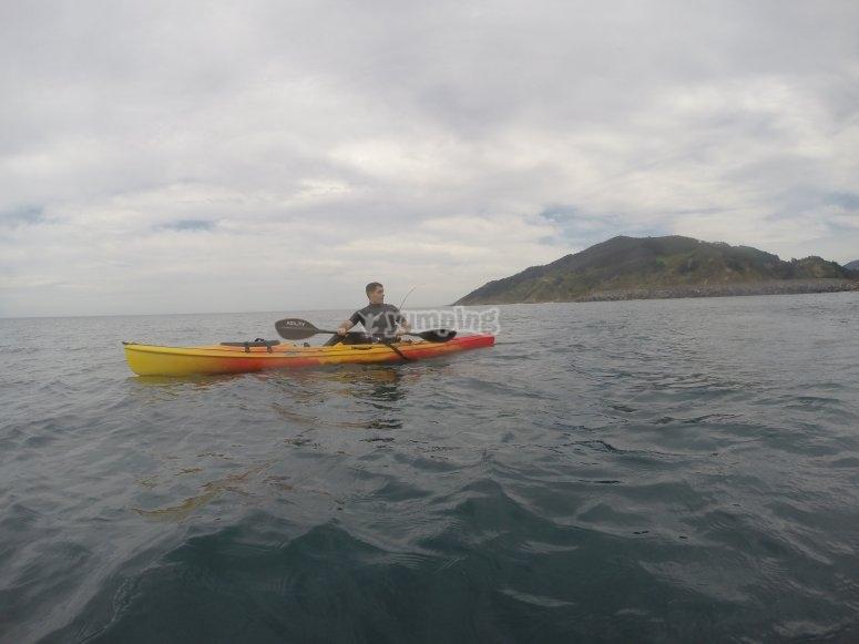 Navegando en kayak por Guipuzcoa