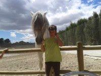 nino junto a un caballo blanco.jpg