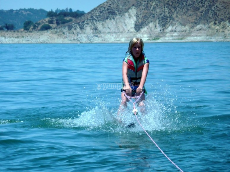Saliendo del agua con esquís