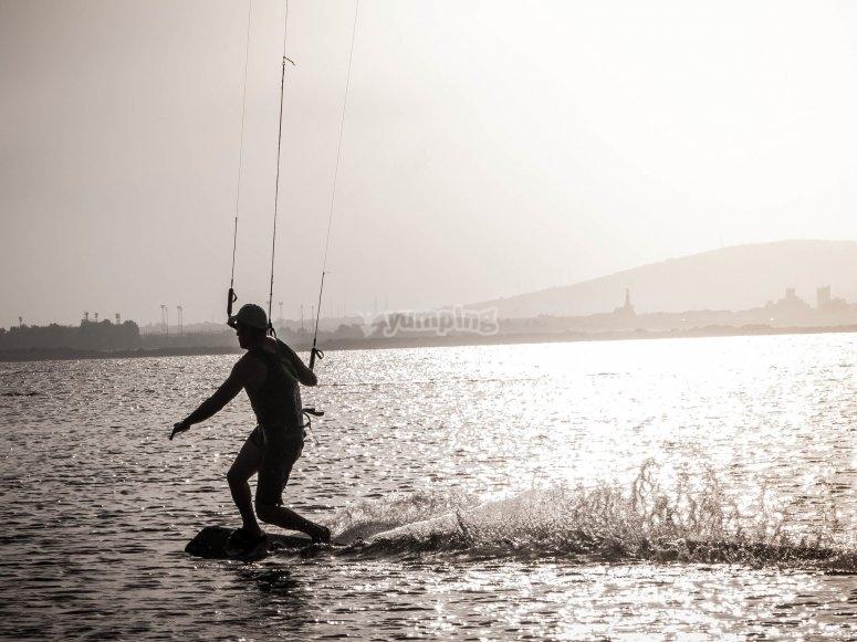 在马贝拉(Marbella)进行风筝冲浪