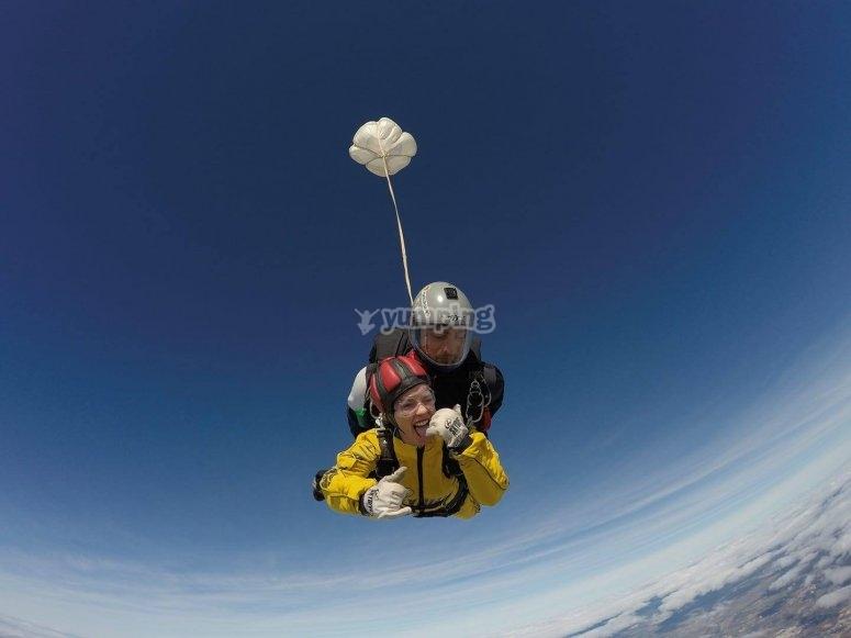从轻型飞机跳下降落伞