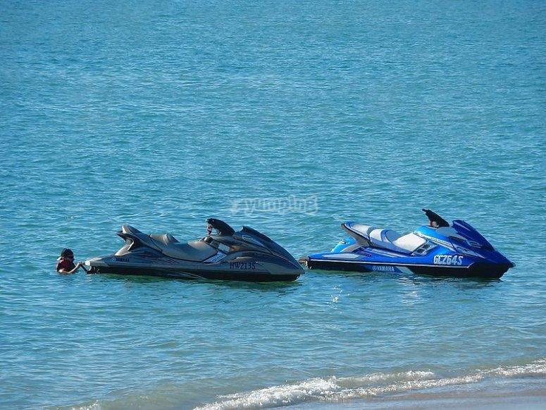 Moto de agua cerca de la orilla