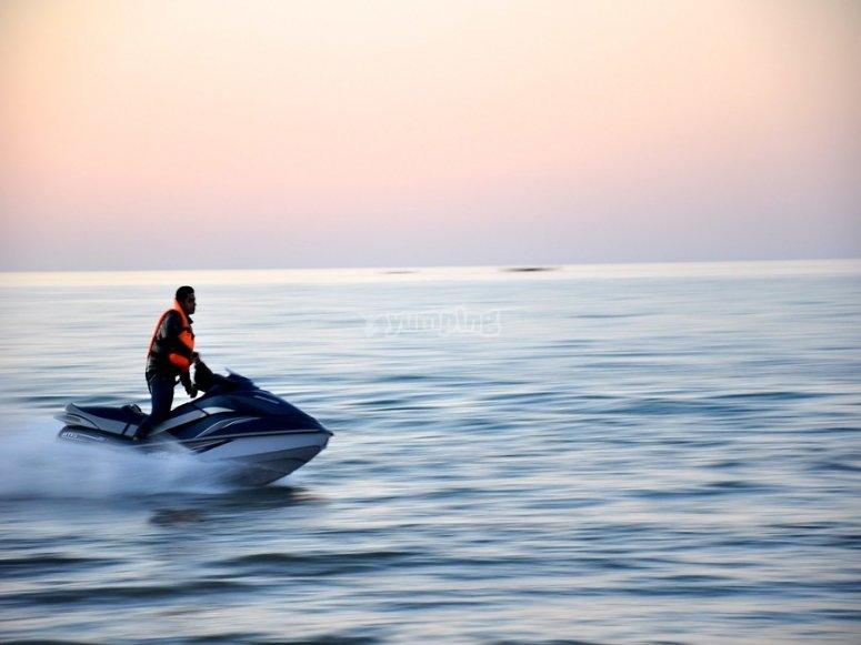 Navegando en jet ski durante el atardecer