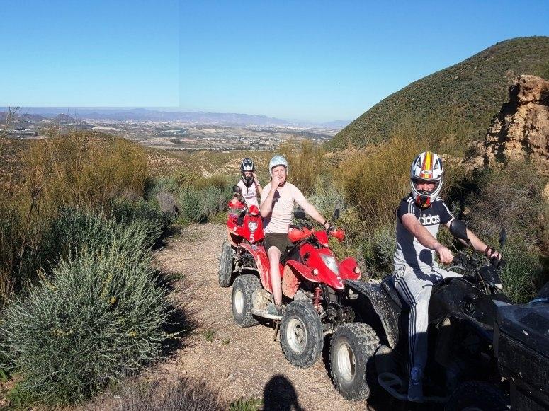 带有Mojácar孩子的四轮摩托车路线