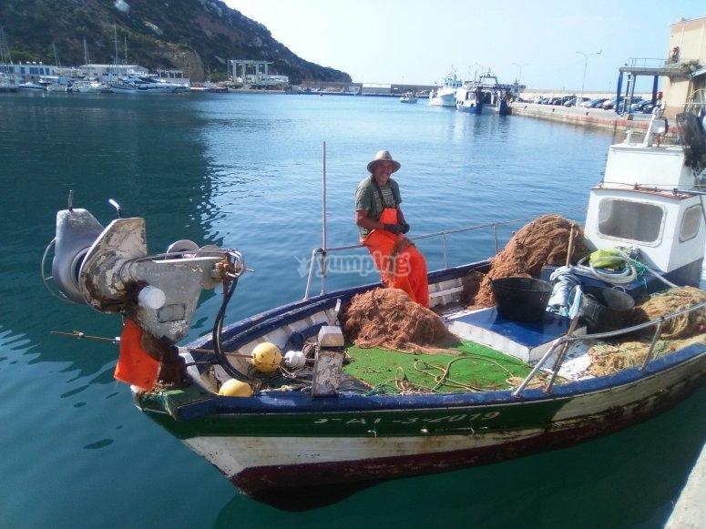 Faenador descansando en la proa del barco