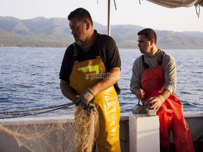 Pescatore con rete da pesca