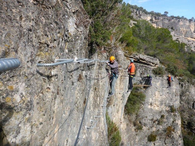 Cables y grapas en vía ferrata