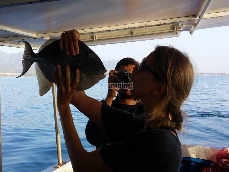 Donna con il pescato del giorno