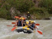 En la balsa de rafting con cascos amarillos