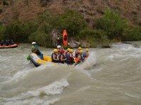 Rafting con monitor en la balsa
