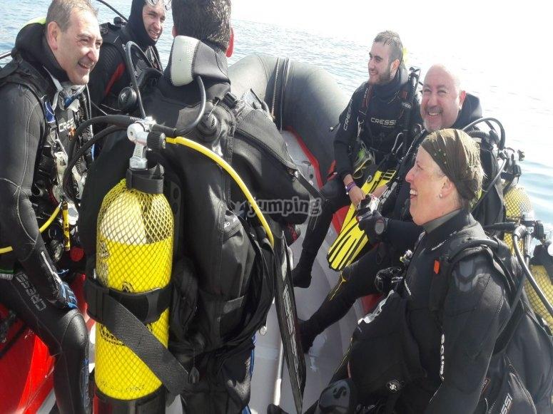 穿着潜水服的团队