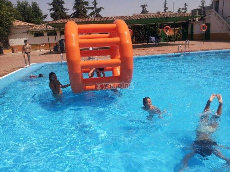 Giochi d'acqua in piscina
