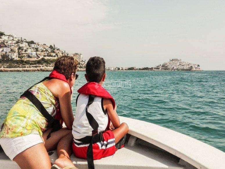 Madre e hijo observando la costa de Castellón