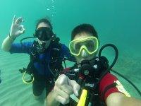 一对完全浸入水中的潜水员